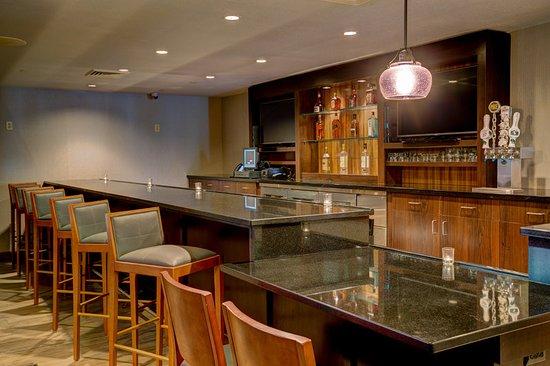 Holiday Inn & Suites Milwaukee Airport: Bar/Lounge