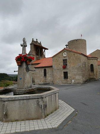 Saugues, France: Le village d'Esplantas et son château