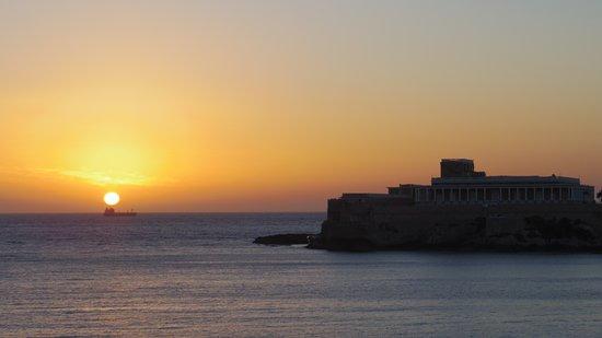 St. George's Bay: 朝日が昇るところに船がすれ違う