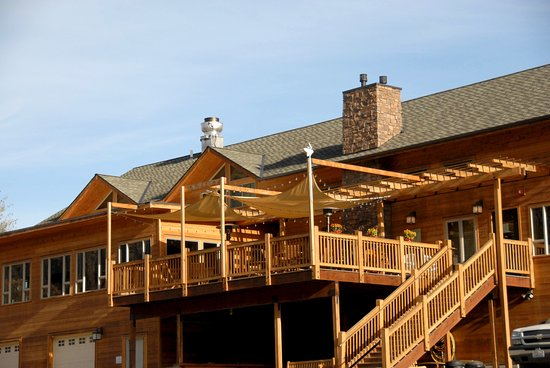 Canyon River Grill: The outside pation is a wonderful place to relax and enjoy the sceenery.