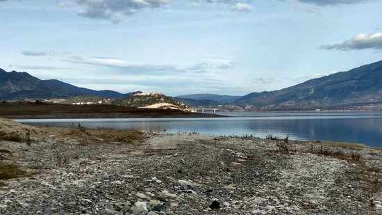 Neraida, יוון: Στο βάθος η γέφυρα