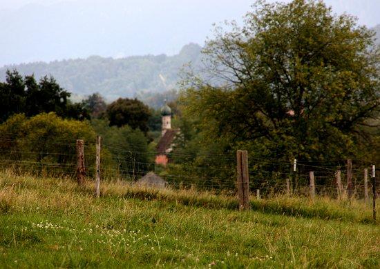 Murnau, Tyskland: Blick zum Ramsachkircherl am Rande des Moors
