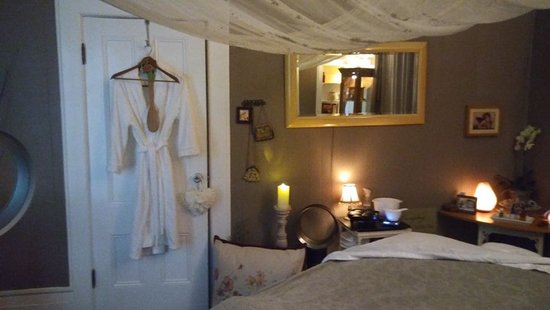 Massage at Lamkin Cottage: Widest most comfortable massage table in town with ambiance, water sounds, and calming aromas...