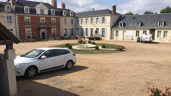 Mosnes, França: Vue sur la facade de l'entrée
