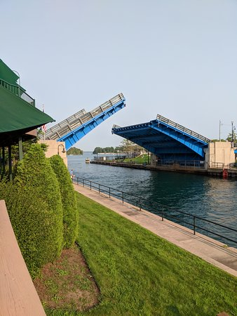 Weathervane Terrace Inn and Suites: The Drawbridge right outside the restaurant.