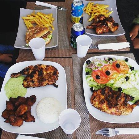 Romainville, France: Repas en famille Poulet braisé aloko bananes plantains