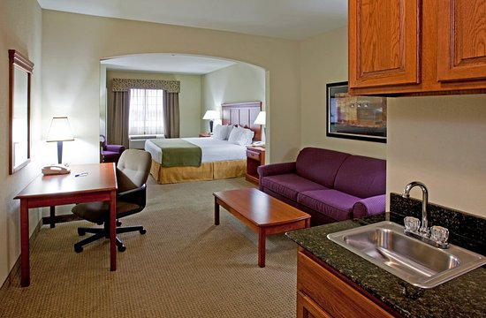 Holiday Inn Express Hotel & Suites Ada: Guest room