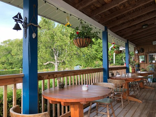 Meldrum Bay, Kanada: Delightful outdoor dining area porch with hummingbird feeders