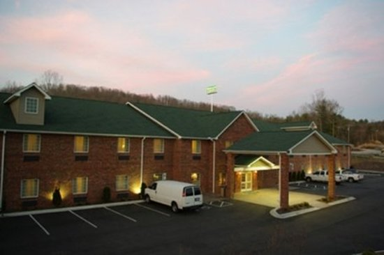 Mountain Inn & Suites Airport: Exterior