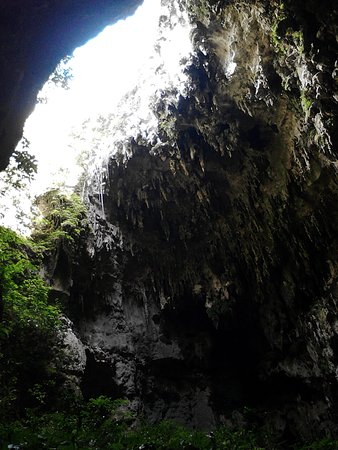 Cagayan Valley Region, Φιλιππίνες: One of the many narrow openings inside the cave that illuminates the dark area of the cave.