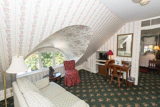 Bar Harbor Castlemaine Inn B&B: Eyebrow Room sitting room with eyebrow window