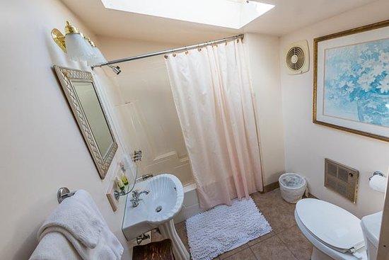 Bar Harbor Castlemaine Inn B&B: Eyebrow Room bathroom with skylight which opens
