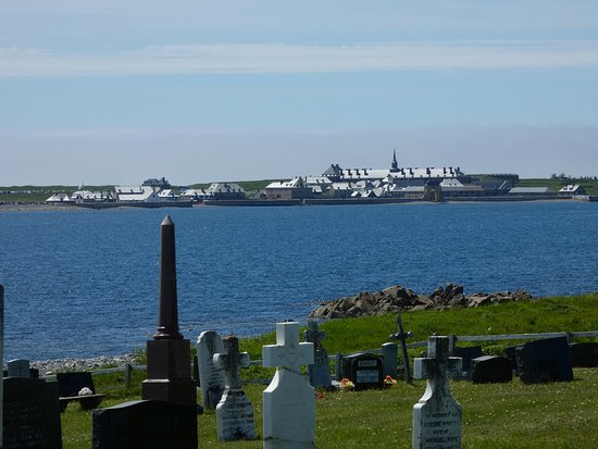 Louisbourg, Canada: The walk starts at the old graveyard