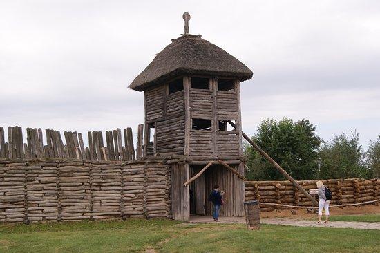 Muzeum Archeologiczne w Biskupinie: Brama wjazdowa do osady, widziana od strony osady