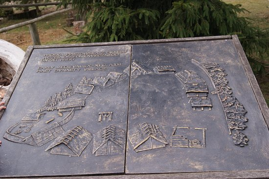 Biskupin, Polandia: Jedna z wypukłych tablic, pokazująca rozłożenie domów i opis, co to za osada