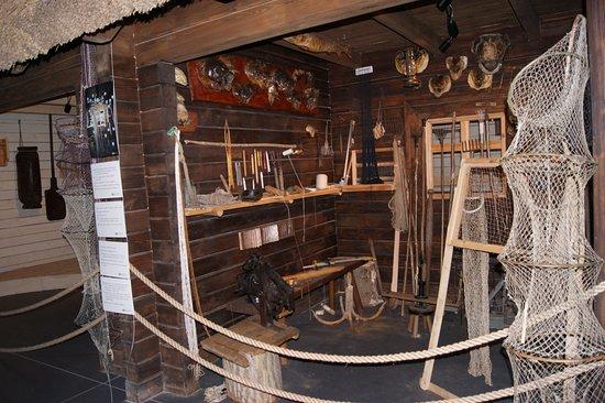 Biskupin, Polandia: Jedna z wystaw pokazujących z czego korzysta rybak, a także jak może wyglądać jego warsztat