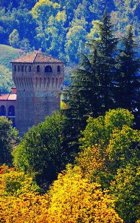 Levizzano Rangone, إيطاليا: La torre del castello di Levizzano in autunno