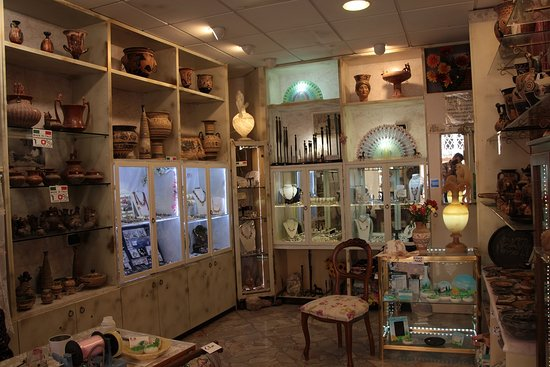 Volterra, Italië: Questo è l'interno del negozio, qui troverete riproduzioni di ceramica etrusca e di gioielli ant