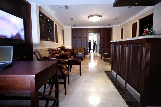 Raymond Hotel: Lobby