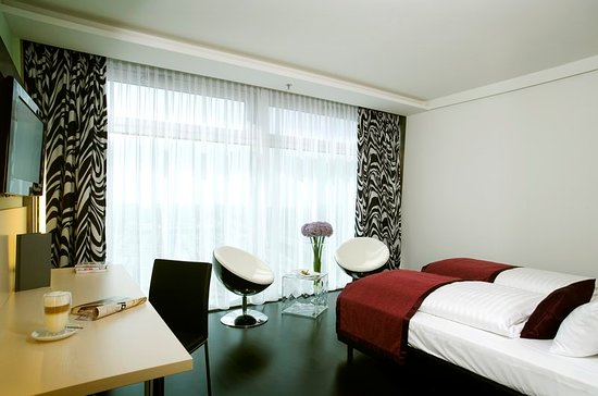 Pannonia Tower Hotel Parndorf: Guest room
