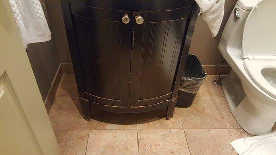 Shaw Club Hotel: Damaged Cabinets