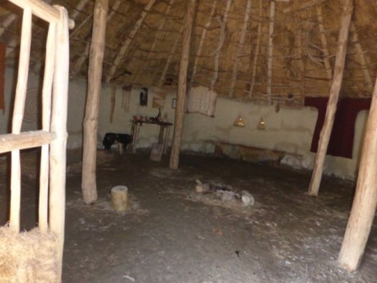 Sixmilebridge, Irland: Inside one of the round huts