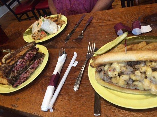 Bridgewater, Вирджиния: Reuben, Buffalo Chicken Wrap & Mac & Cheese Cheesesteak