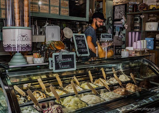 Officina del Gelato - Puro & Bio: Il proprietario dopo averci deliziato con assaggi e descrizioni sui gusti ci prepara il cono