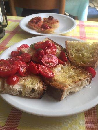 Roccagorga, Italy: Bruschetta con e senza pomodorini / dietro si vedono Cipolle con formaggio fuso e oliva