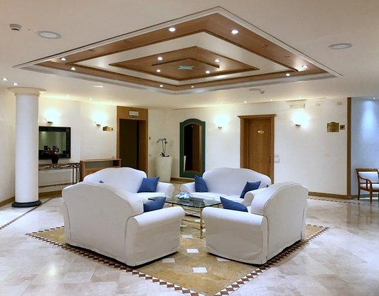Uno degli eleganti salotti del secondo piano picture of for Salotti eleganti