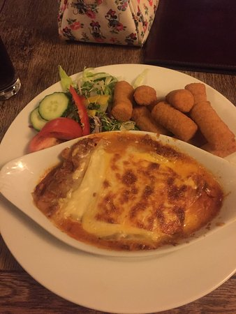 Kirkbymoorside, UK: Homemade lasagne and potato croquettes