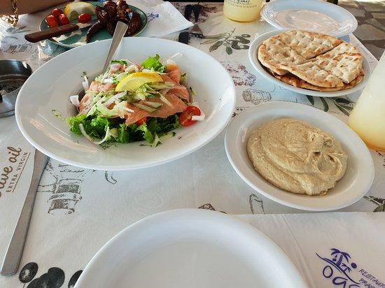 Πρασονήσι, Ελλάδα: Insalata discreta con Hummus e pita