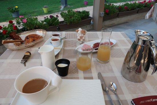 Montbellet, France: 朝食のテーブル