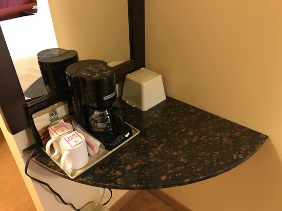 Sunshine Inn: coffee maker and cups