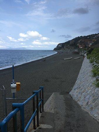 Spiaggia di Gioiosa Marea: Vista verso Hotel capo skino