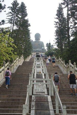 Tian Tan Buddha (Big Buddha): เดินขึ้นไปด้านบนค่ะ