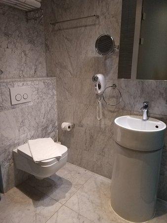 Amadi Park Hotel: The bathroom