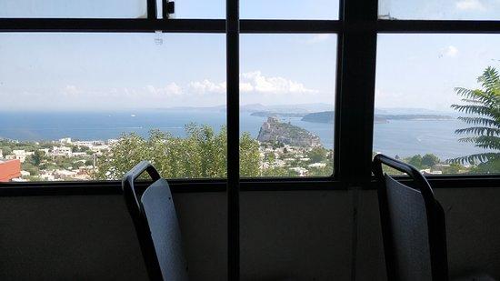 Ischia Porto, Italien: Udsigt til Aragonese fra bussen