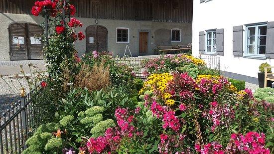 Obergunzburg, เยอรมนี: liebevoll gestalteter Garten vor der Mühle