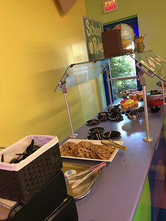 Sesame Place: Dessert table at character dinning