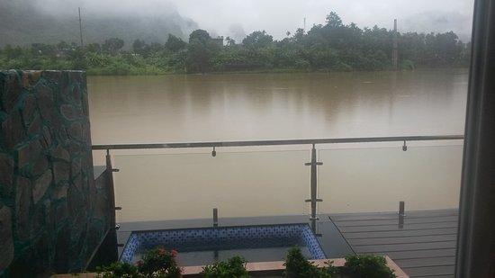Truong Xuan Resort: Terraza junto al lago