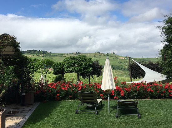 Cascina Barac: view from the main entrance of the hotel