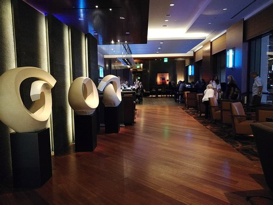 EDGE Restaurant & Bar at Four Seasons Hotel Denver: Bar Area