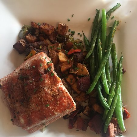 Essex, Монтана: Elk meatballs and salmon with potato hash/green beans