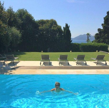 Hôtel Château De La Tour : Very calm and peaceful around the pool area.