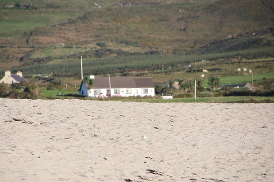 Allihies, Irland: view of house from the beach