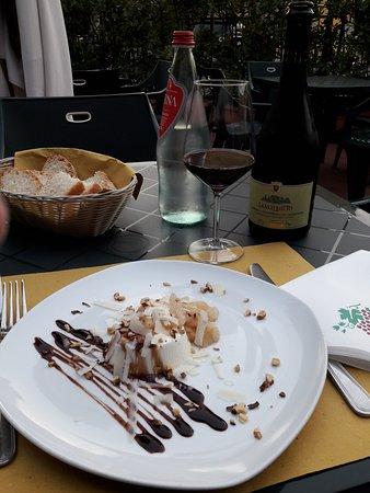 Soci, Italien: Pannacotta di Parmigiano reggiano con chutney di pere e granella di nocciole