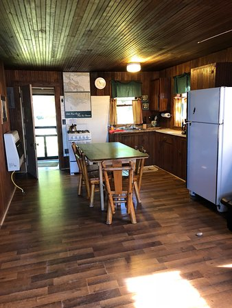 Cedarville, Мичиган: Cabin 7, Kitchen and Dinning area
