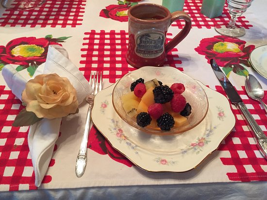 Brick House on Main Bed & Breakfast: Oh so pretty and yummy!