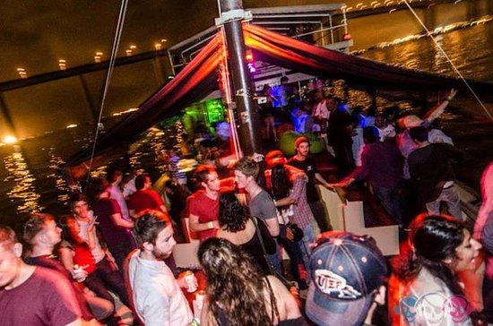 Fiesta en barco por la noche en Río...